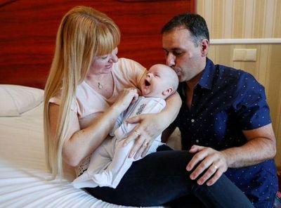 Tras una larga espera, padres argentinos conocen a su bebé subrogado en Ucrania