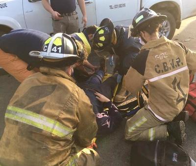 Colisión de 2 motos contra camioneta deja 3 heridos • Luque Noticias