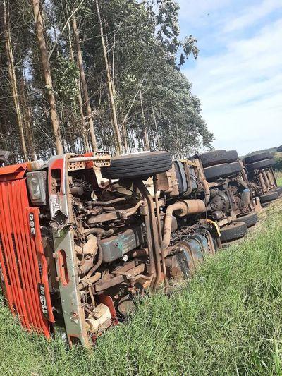 Camión con carga de 30.000 kilos de arroz vuelca en ruta Graneros del Sur