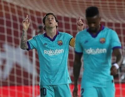 Messi, encendido, lidera una gran goleada del Barcelona