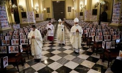Misa en Lima: sin fieles, con 5.000 retratos de fallecidos por COVID-19