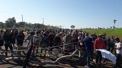 Indígenas cierran ruta PY13 para exigir viviendas y kits de víveres