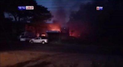 Explosión causa incendio de gran magnitud en Villa Elisa