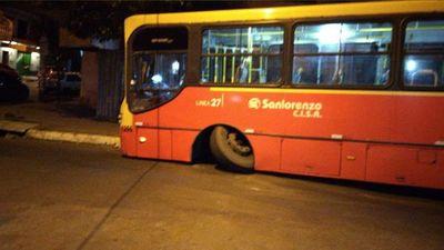 Bus queda varado tras perder una rueda y genera congestión en zona del Mercado 4