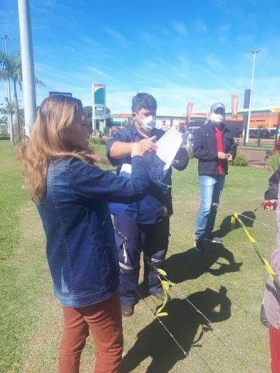 Una directora de Ponta Porã entrega las tareas a sus alumnos pedrojuaninos por sobre la alambrada
