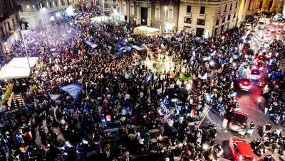Critican aglomeración de gente en festejos de Napoli