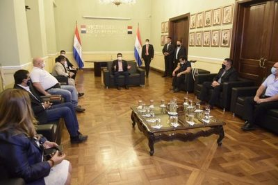 Velázquez comparte proyecto de reforma del servicio civil con funcionarios de entes públicos
