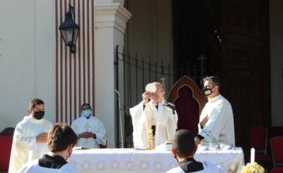 HOY / Iglesia católica no acepta reglas y exige más feligreses en sus misas