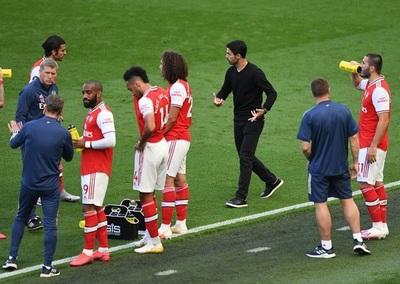 Futbolista del Arsenal dio positivo a Covid-19 y hasta jugó, aseguran