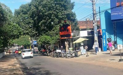 Autos y motos ocupan acera y obstaculizan parada de buses • Luque Noticias