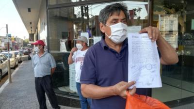 Maleteros no pueden trabajar en el aeropuerto y exigen millonaria indemnización