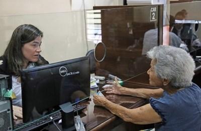 Veteranos, adultos mayores y otros pensionados cobran el martes, según Hacienda