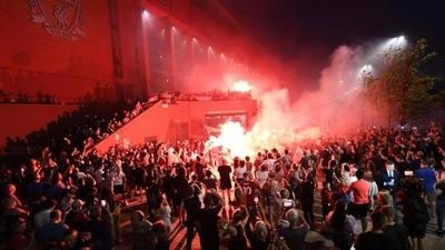 HOY / Las calles de Liverpool se tiñen de rojo sin importar la pandemia