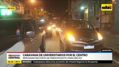 Universitarios realizan caravana repudiando recorte de becas