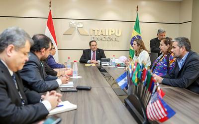Director de ITAIPU y pacientes oncológicos abordan pedido para adquirir equipos de radioterapia