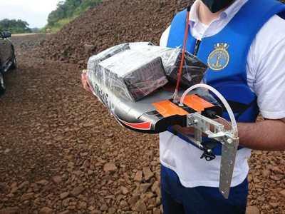 """Pequeña lancha a control hace """"delivery"""" de celulares de CDE a Foz de Yguazú por el río Paraná"""