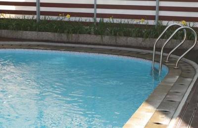 Abuelo, madre e hija de 8 años mueren ahogados en una piscina: ninguno sabía nadar