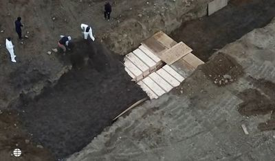Nueva York enterró a casi 900 personas en una fosa común durante la pandemia