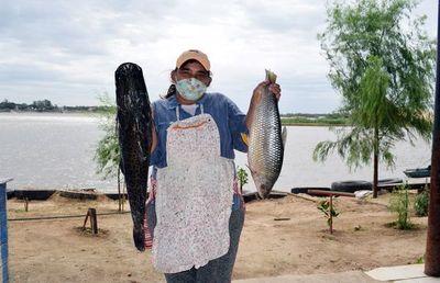 Comedores de pescados esperan a los clientes