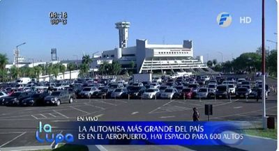 Celebran auto misa en el estacionamiento del aeropuerto
