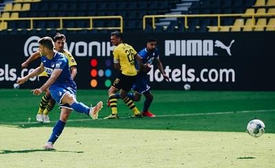Insólito: Luego de marcar tres goles pateó un penal sin mirar