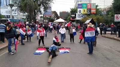 Manifestantes se encadenan y crucifican en el microcentro