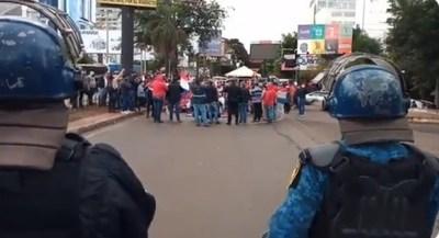 """CDE: Se encadenan y bloquean zona primaria porque """"están pasando hambre"""""""