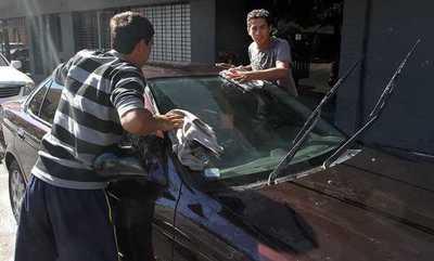 Cuidacoches amenazan con cierre de calles si no reciben kits de alimentos