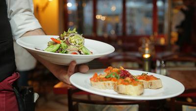 Nueva York se plantea retrasar la reapertura del interior de los restaurantes