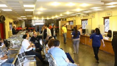 Conocé cuáles son las 20 profesiones públicas más comunes en Paraguay y sus salarios