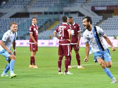 Lazio gana y mete presión