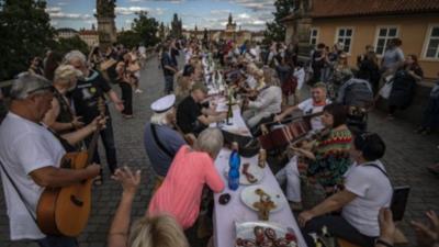 """Celebran """"despedida simbólica"""" del covid-19 en República Checa"""