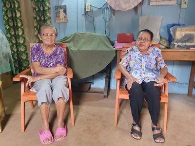 Adultas mayores y enfermas reclaman sus pensiones de tercera edad