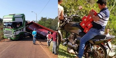 Camión volcó cargamento de cerveza y transeúntes aprovecharon la situación