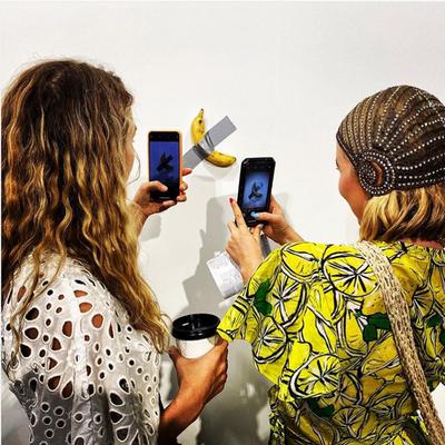Galería de arte vende una banana pegada con cinta adhesiva por US$ 120.000