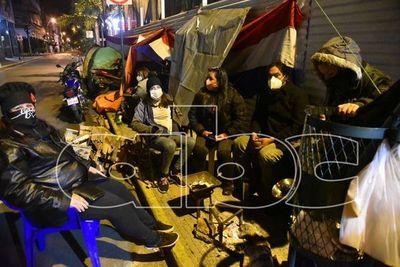 Carpa ciudadana resiste intenso frío, pidiendo el fin de la corrupción
