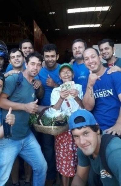 Empleados juntaron dinero para darle un aguinaldo a la señora de 84 años que les lleva remedios yuyos
