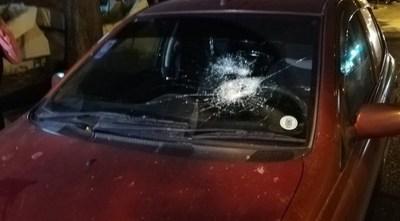 Indígena destrozó parabrisas de una conductora a piedrazos cuando estaba en el semáforo