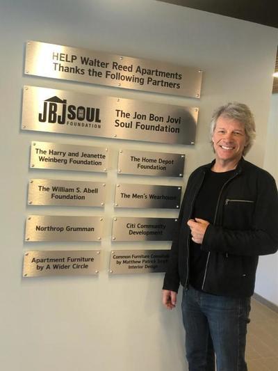 Fundación de Bon Jovi dona medio millón de dólares para construir viviendas para veteranos sin hogar