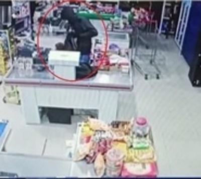 Violento robo a minimercado en Roque Alonso