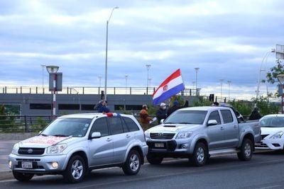 Con caravana en la Costanera, exigen intervención y destitución en Caja Bancaria