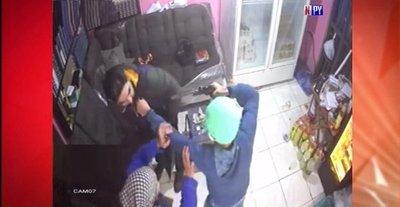 Abuelita se enfrenta a motochorros para que no lastimen a su hijo