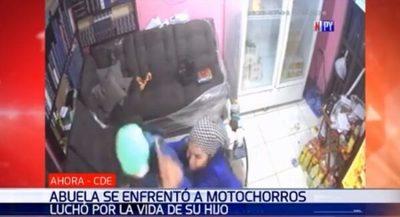 Video retrata lucha entre abuela y motochorros en el este