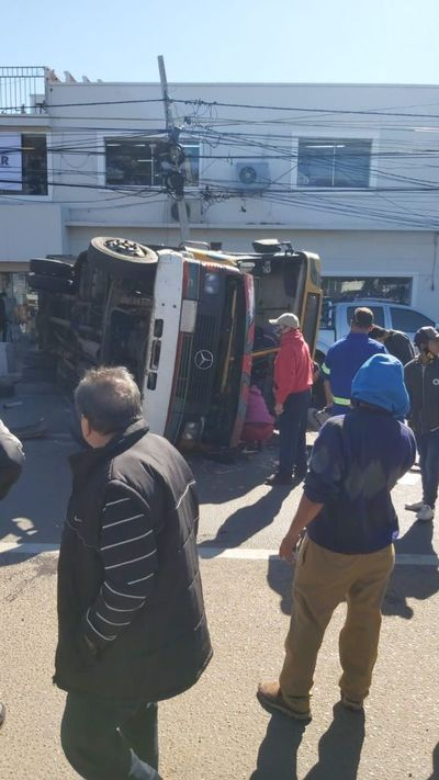 Choque y vuelco deja varios heridos en San Lorenzo