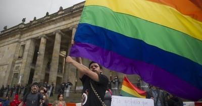 Putin se burla de la bandera arcoíris colgada en Embajada de EEUU