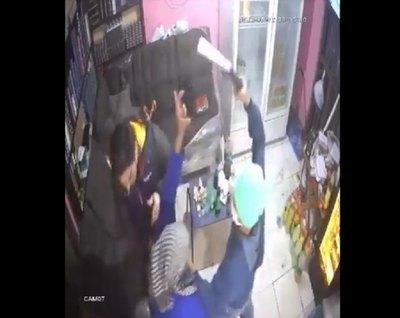 (VIDEO) Abuelita impidió que disparen a un hombre durante un asalto