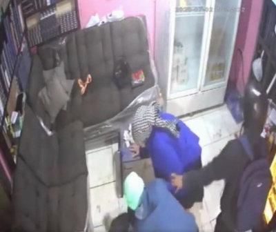 Abuelita defendió a su hijo de motochorros