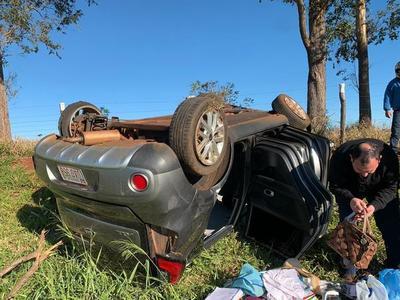 Jueza de Itakyry sufre accidente tras explotar una rueda de su vehículo