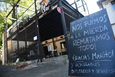 """""""Nos fuimos a la mierda, rematamos todo"""": Bares cierran por fuerte crisis"""