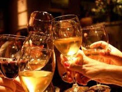 El alcohol en las reuniones relaja y hace olvidar los cuidados contra el Covid